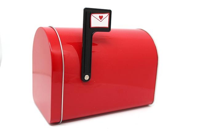 červená poštovní schránka