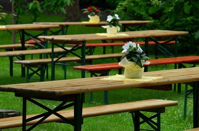 dvřevěné stoly a lavice.jpg