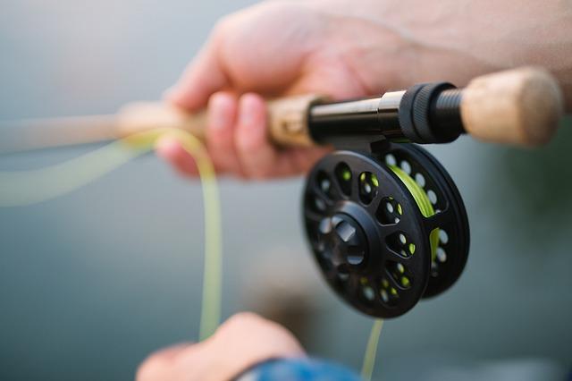 rybářský prut v rukou
