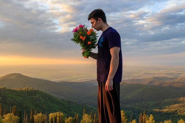 muž s kyticí v horách