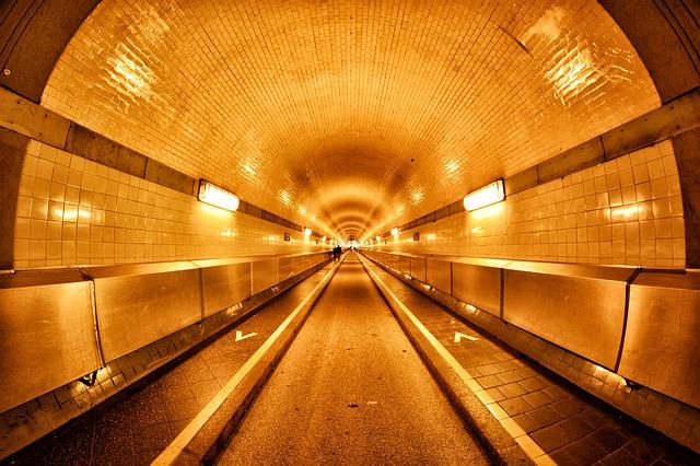 osvětlený jednosměrný tunel